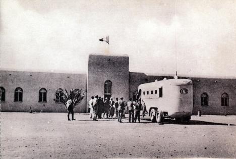 Arrivé du car au bordj de Reggane en 1926 avec les représentants